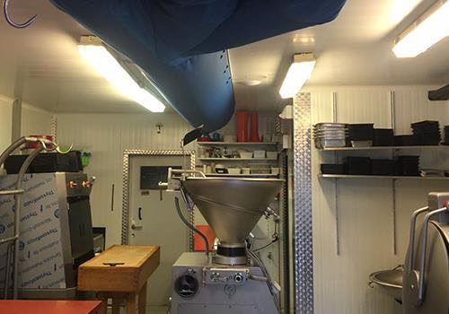 Blauwe textielkanalen in atelier van slagerij