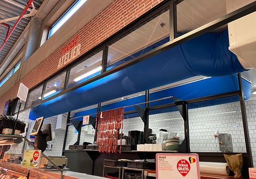 Blauwe textielsok in slagerafdeling van supermarktketen